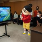 【お知らせ】クレヨンしんちゃんが「くまもとふっこう応援隊長」に就任!<br>熊本県庁で行われた就任式にて、同日発売のSwitchソフト「クレヨンしんちゃん『オラと博士の夏休み』~おわらない七日間の旅~」を知事に体験いただきました